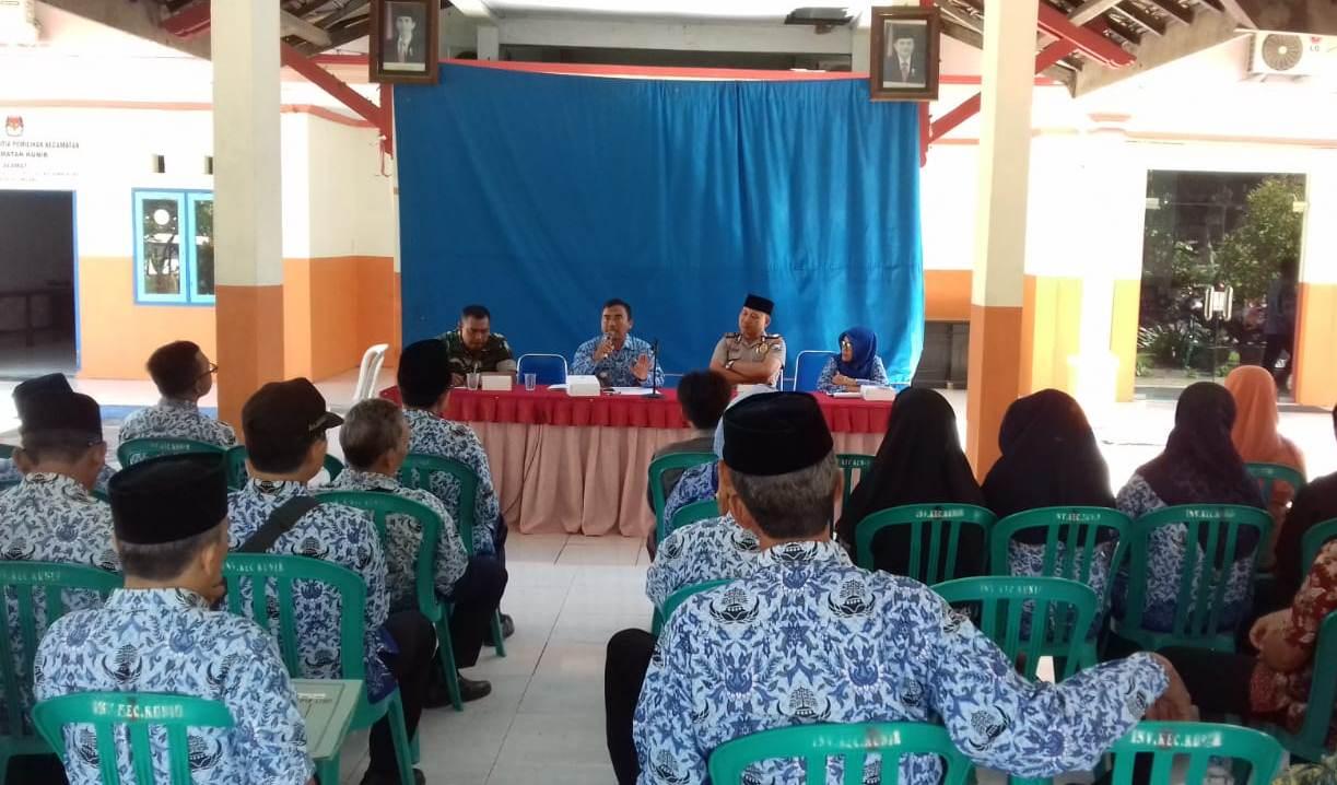 RAPAT PEMBENTUKAN PANITIA PERINGATAN HUT REPUBLIK INDONESIA KE 74 KECAMATAN KUNIR